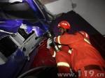 半挂车相撞两人被困 消防紧急破拆救援 - 消防网