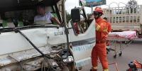 两辆货车追尾1名驾驶员被困 云南武定消防速救援 - 消防网