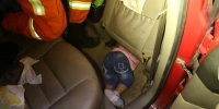 孩子贪玩被困副驾驶室 黔西消防破拆座椅施救 - 消防网