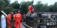 雨天路滑货车侧翻司机被卡 临安消防破拆救援 - 消防网