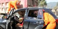 小轿车追尾大货车一人被困 云南消防紧急营救 - 消防网