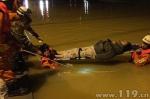 小车涉水行驶被淹三人被困车顶 福建莆田消防紧急救援 - 消防网