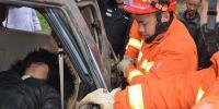 微型车侧翻致2人被困 师宗消防快速救援 - 消防网