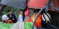 两车相撞1人被困 保山龙陵消防紧急营救 - 消防网