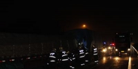 高速两车追尾一人被卡 杭州消防破拆救援 - 消防网