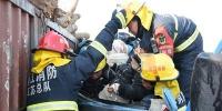 两车追尾孕妇腿部被卡 江苏镇江消防争分夺秒救援 - 消防网