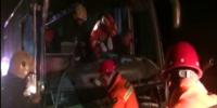 中巴车凌晨追尾司机被困 江苏淮安消防破拆救援 - 消防网
