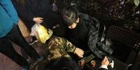 萌娃贪玩手被卡 重庆渝中消防巧救援 - 消防网