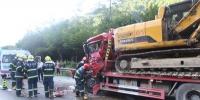 重庆石柱一大货车追尾酿车祸 消防紧急救援 - 消防网