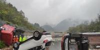 挂车途经杭瑞高速铜仁段时侧翻 贵州消防救出驾驶员 - 消防网