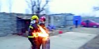"""村民使用液化气不当着火 消防员搬""""喷火罐""""飞奔 - 消防网"""
